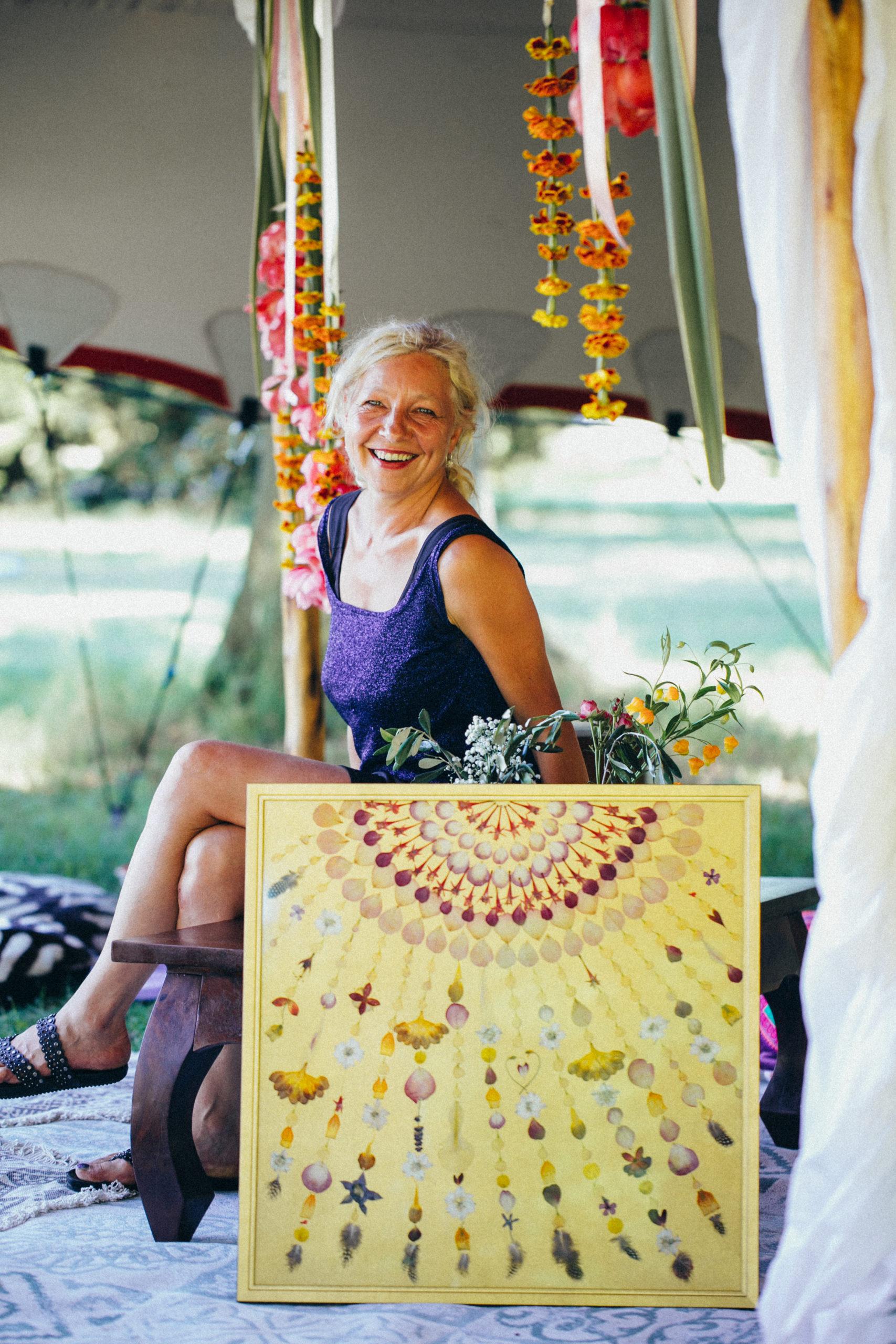 Tina Altus von flora metaphorica mit einem ihrer Werke